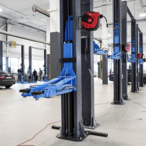 Гидравлические автоподъемники в цеху по ремонту автомобилей «ЕвроАвто», Санкт-Петербург